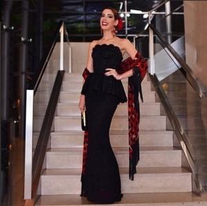 5fev2015---com-look-dolce--gabbana-a-blogueira-camila-coutinho-usou-um-vestido-preto-com-acessorios-vermelhos-remetendo-a-vestimenta-espanhola-1423192575055_502x500