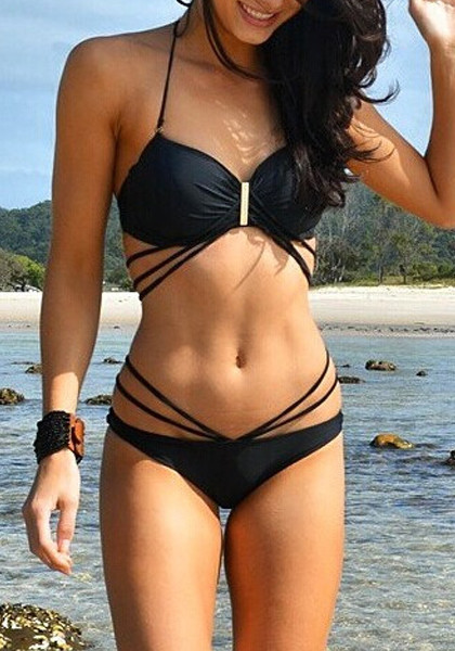 cute_pose_of_model_in_black_strappy_bikini_set_grande-moda-praia-2016
